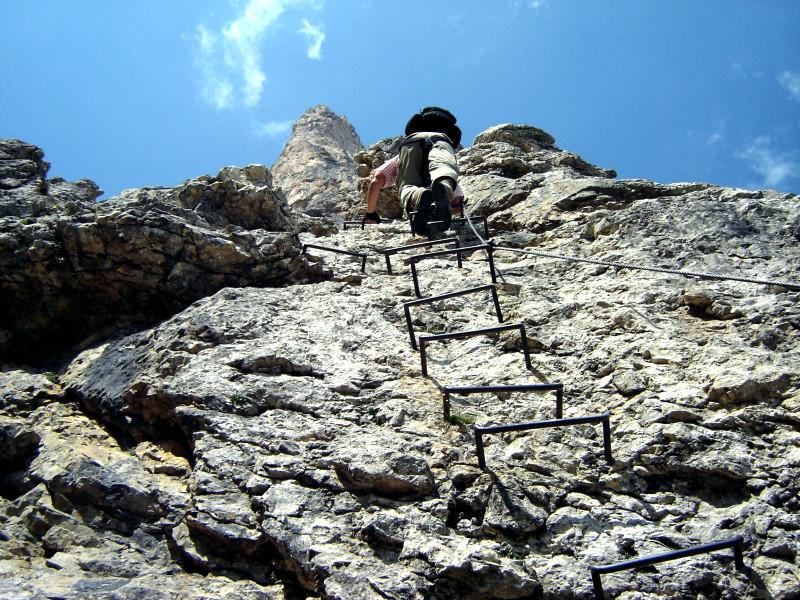 Klettersteig Leiter : Leicht überhängende leiter im pisciadù klettersteig sella