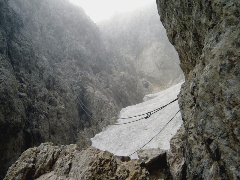 Klettersteig Rosengarten : Überquerung der eisrinne im santnerpass klettersteig